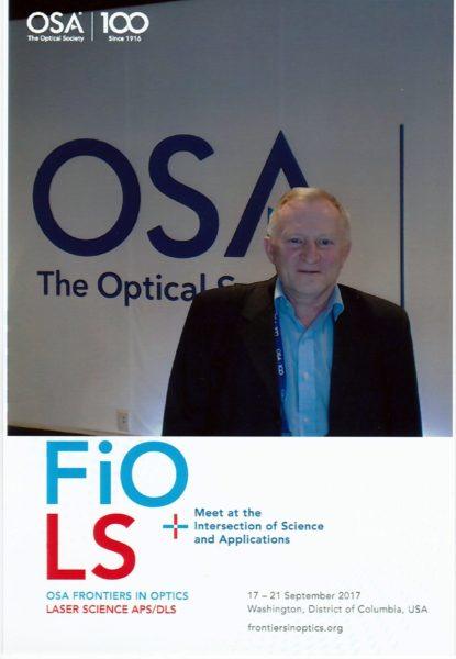 На фотографии главный научный сотрудник отдела твердотельных лазеров и акустооптики д.ф.-м.н. Петров Николай Иванович