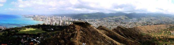 Фотография Гонолулу и Гавайского университета. Гавайский университет находится в долине в правой части фотографии